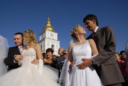 В церемонии бракосочетания участвовали одновременно 70 супружеских пар. Фото: Владимир Бородин/Великая Эпоха