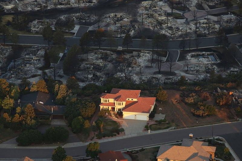 Колорадо-Спрингс, США, 30 июня. Сильные лесные пожары уничтожили сотни домов и вынудили эвакуироваться свыше 35 тыс. человек. Фото: Spencer Platt/Getty Images