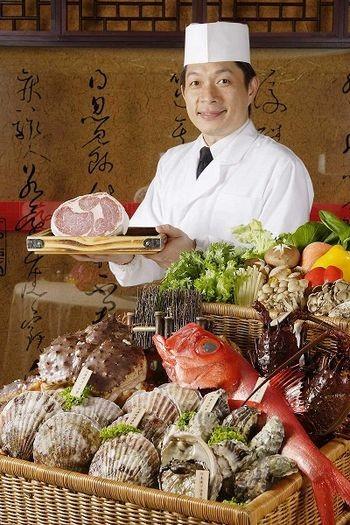 Самовар японський. Живий абалон (риба), морський гребінець, тихоокеанська тріска, омар, яловичина. Фото з epochtimes.com