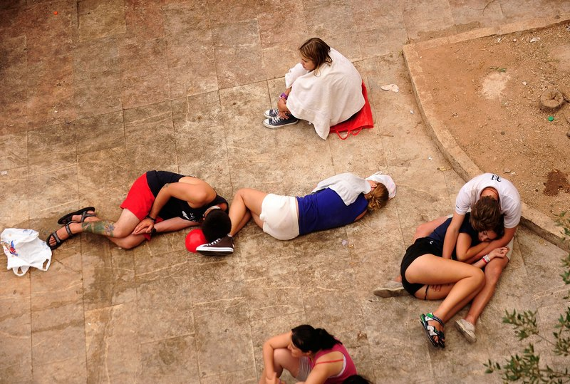 Ранок середи. Учасники фестивалю «Ла Томатина» сплять на вулиці Буньоля, Іспанія. Фото: Denis Doyle/Getty Images