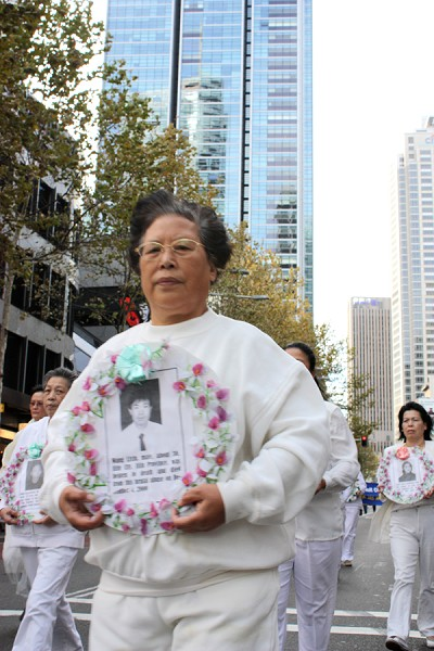 Участники шествия несут портреты погибших от репрессий в Китае своих единомышленников. Сидней. Австралия. 16 мая. Фото: Ло Я/The Epoch Times
