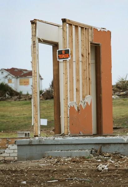 Все, що залишилося від будинку. Напис на табличці «Стороннім вхід заборонено». Фото: Scott Olson/Getty Images