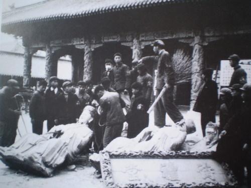 Хунвэйбины уничтожают статуи Конфуция. Фото с aboluowang.com