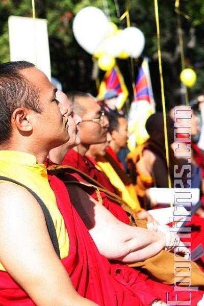 Тибетські лами хором читають мантри. Фото: Сунь Ює/The Epoch Times