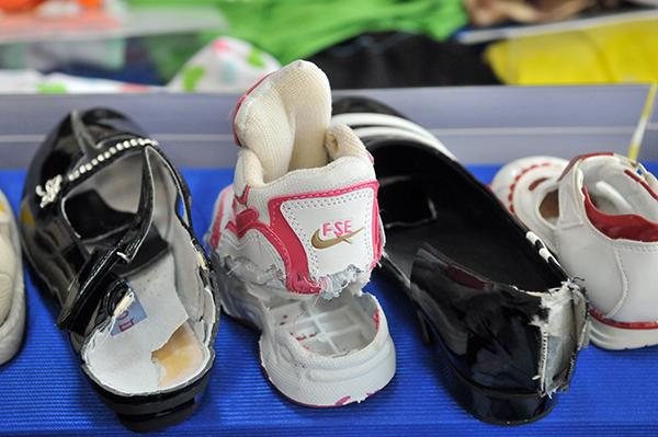 Неякісне взуття. Фото: Володимир Бородін / The Epoch Times Україна