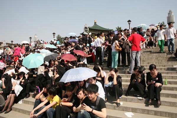 Провинция Сычуань Люди боятся находиться внутри зданий. Фото: AFP