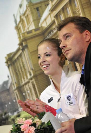 Каролина Костнер и ее тренер Михаэль Хут  ожидают оценок после произвольной программы. Фото: MLADEN ANTONOV/AFP/Getty Images
