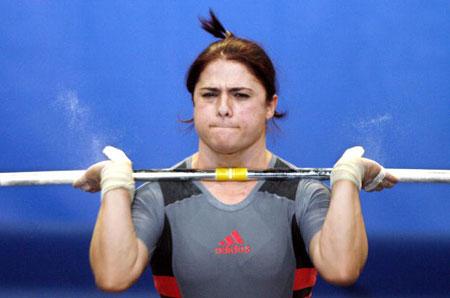 Страсбург, ФРАНЦІЯ: Fetie Kasaj з Албанії під час змагань у ваговій категорії 58 кг на чемпіонаті Європи з важкої атлетики. Фото: OLIVIER MORIN/AFP/Getty Images