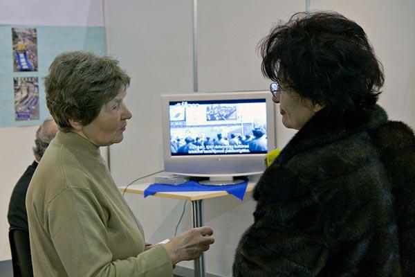 Общение с посетителями. Фото: The Epoch Times