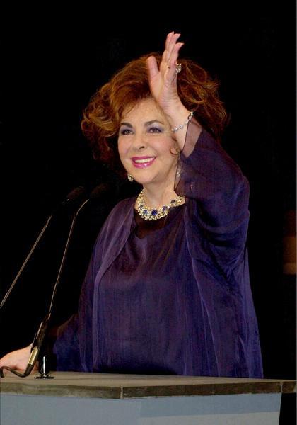 Фонд боротьби зі СНІДом актриса організувала в 1985 році, і з тих пір актриса просила, щоб замість квітів передавали пожертвування її фонду. Благодійний фонд Тейлор фінансує організації по боротьбі зі СНІДом в усьому світі. Фото: Getty Images