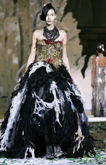 Коллекция жіночого одягу від італійського дизайнера Фаусто Сарлі (Fausto Sarli), представлена 27 січня на показі мод у Римі. Фото: TIZIANA FABI / AFP / Getty Images