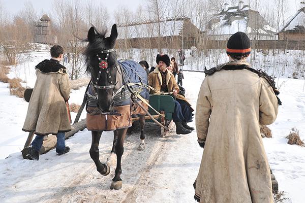 Віз колесить козацьким селищем. Фото: Володимир Бородін / The Epoch Times Україна