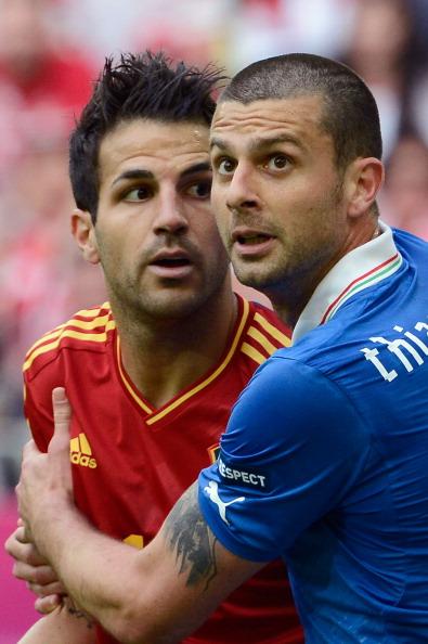 Итальянец Тьяго Мотта и испанец Сеск Фабрегас в действии во время матча 10 июня 2012 года в Гданьске, Польша. Фото: Claudio Villa/Getty Images