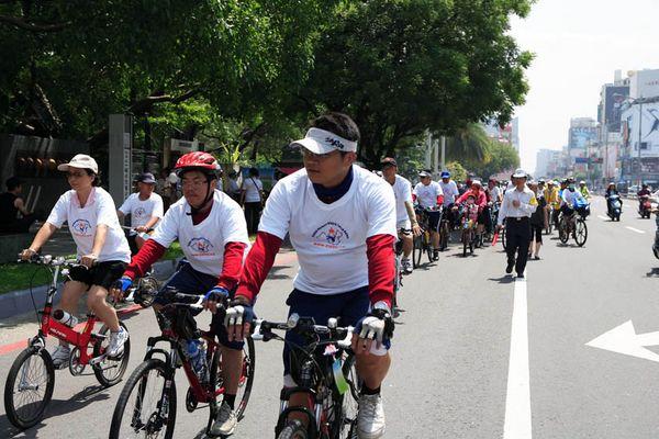 7 июня. Город Каосюн (Тайвань). Несколько сот велосипедистов приехали поддержать Эстафету. Фото с minghui.org