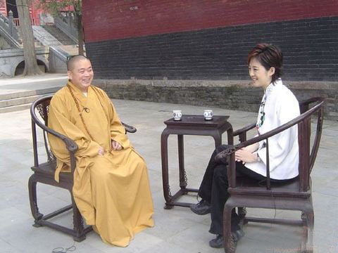 Настоятель монастыря Шаолинь Ши Юнсин даёт интервью. Фото с сайта epochtimes.com