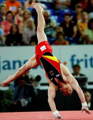 Амстердам, НІДЕРЛАНДИ: Fabian Hambuechen з Німеччини виступає під час чемпіонату Європи із спортивної гімнастики. Фото ARIS MESSINIS/AFP/Getty Images