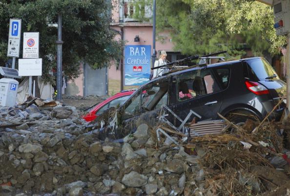 Паводки на улицах населённых пунктов вызвали обвалы и оползни, которые повредили дороги, мосты и дома. Фото: FABIO MUZZI/AFP/Getty Images