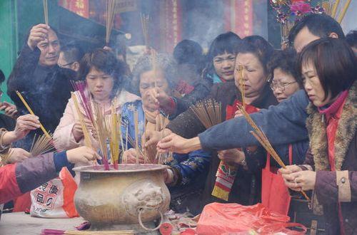 У дні святкування Нового року за місячним календарем, багато китайців йдуть в храми або інші священні місця, де вони розпалюють пахощі і моляться про щастя і благополуччя. Фото: China Photos/Getty Images
