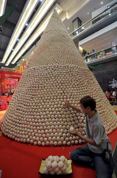 Китаєць спорудив пагоду з 18 888 булочок напередодні китайського Нового року за місячним календарем (14 лютого). Фото: PORNCHAI KITTIWONGSAKUL / AFP / Getty Images