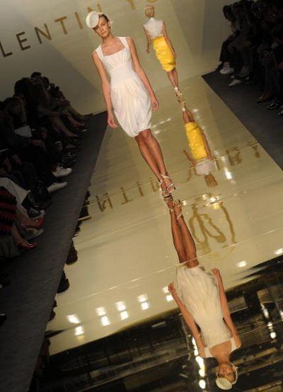 Показ коллекции Валентина Юдашкина сезона весна-лето 2009 в рамках Недели высокой моды в Милане. Фото: GIUSEPPE CACACE/AFP/Getty Images