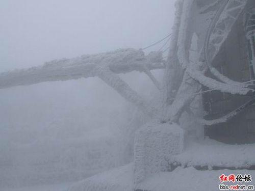 У багатьох районах Китаю від сильної негоди пошкоджені ліні електропередач. Фото з epochtimes.com