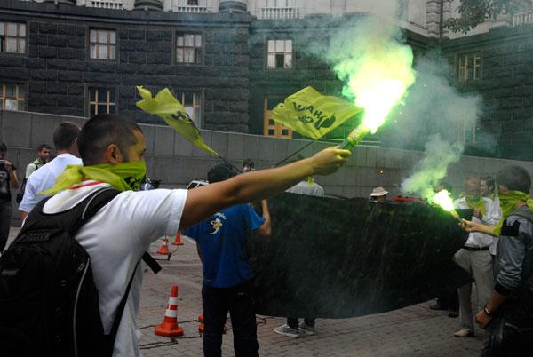 Активісти запалили декілька файєрів біля Кабміну. Фото: Володимир Бородін/The Epoch Times
