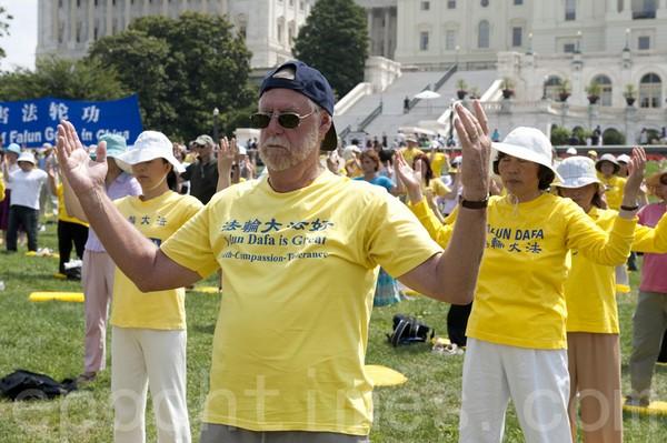 Более тысячи последователей Фалуньгун выполняют упражнения возле Капитолийского холма в Вашингтоне. 16 июля 2009 год. Фото: The Epoch Times