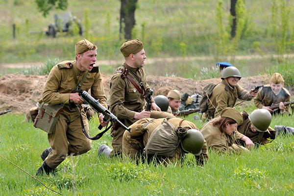 Военно-историческая реконструкция боя 1945 года «Встреча на Эльбе. Торгау» в Киеве 8 мая 2011 года. Фото: Владимир Бородин/The Epoch Times Украина