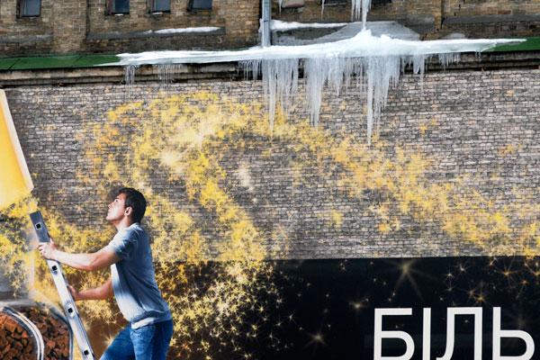 Бурульки на дахах загрожують перехожим. Фото: Володимир Бородін / The Epoch Times