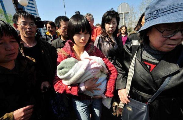 Жена Ху Цзя Цзэн Циньен и его мать вышли из зала суда. Фото: TEH ENG KOON/AFP/Getty Images