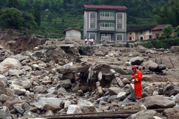 Спасатель осматривает руины. Провинция Хунань, Китай. Фото: STR/AFP/Getty Images