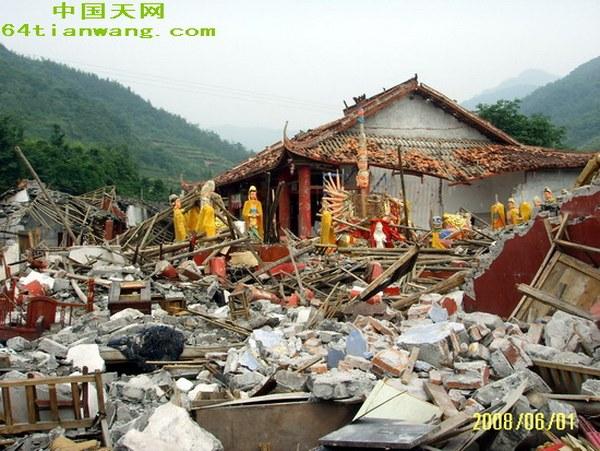 Стихійне лихо не пошкодило статуї Бодхісатв. Фото з 64tianwang.com