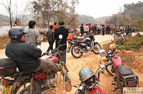 Из окрестных селений собрались люди, посмотреть, что произошло. Фото с epochtimes.com