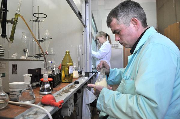 Працівник лабараторії «Укрметртестстандарт» робить хімічний аналіз . Фото: Володимир Бородін / The Epoch Times Україна