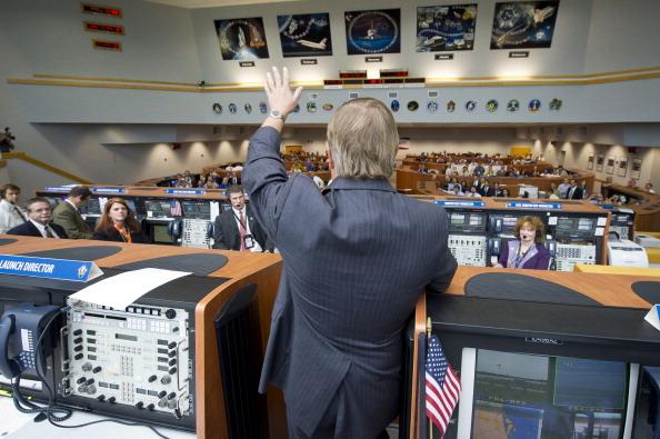 Керівник служби запуску шатлів Майкл Лейнбах вітає співробітників НАСА в Центрі керування польотом з успішним запуском шатла «Атлантіс». Фото: Bill Ingalls/NASA via Getty Images