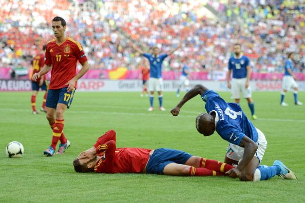 Херард Пике из сборной Испании и Марио Балотелли из сборной Италии после столкновения во время матча 10 июня 2012 года в Гданьске. Фото: Jasper Juinen/Getty Images