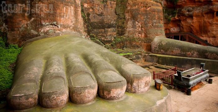 Самый большой Будда в мире: Длина пальцев ноги статуи — 1,6 м. Фото: turj.ru
