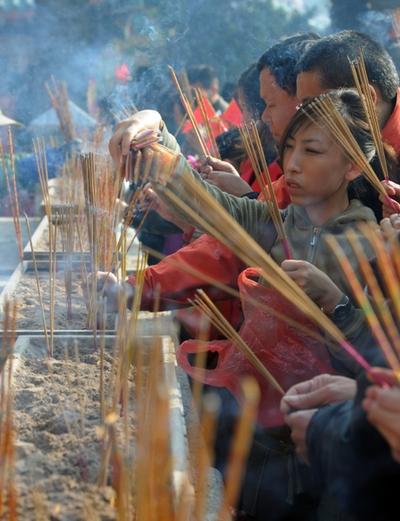 Новогодние возжигания благовоний в храмах. Гонконг. 3 февраля 2011 год. Фото: MIKE CLARKE/AFP/Getty Images