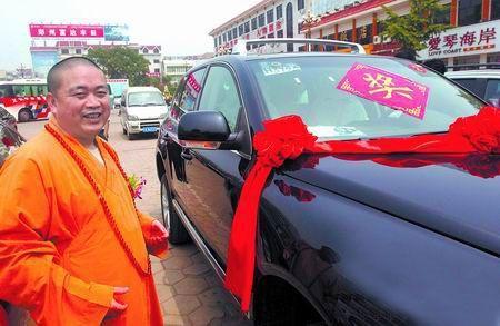 «У наступному році ми отримаємо ще більшу відзнаку», - каже настоятель монастиря Шаолінь Ши Юнсінь про автомобіль, який він отримав у подарунок. Фото: epochtimes.com