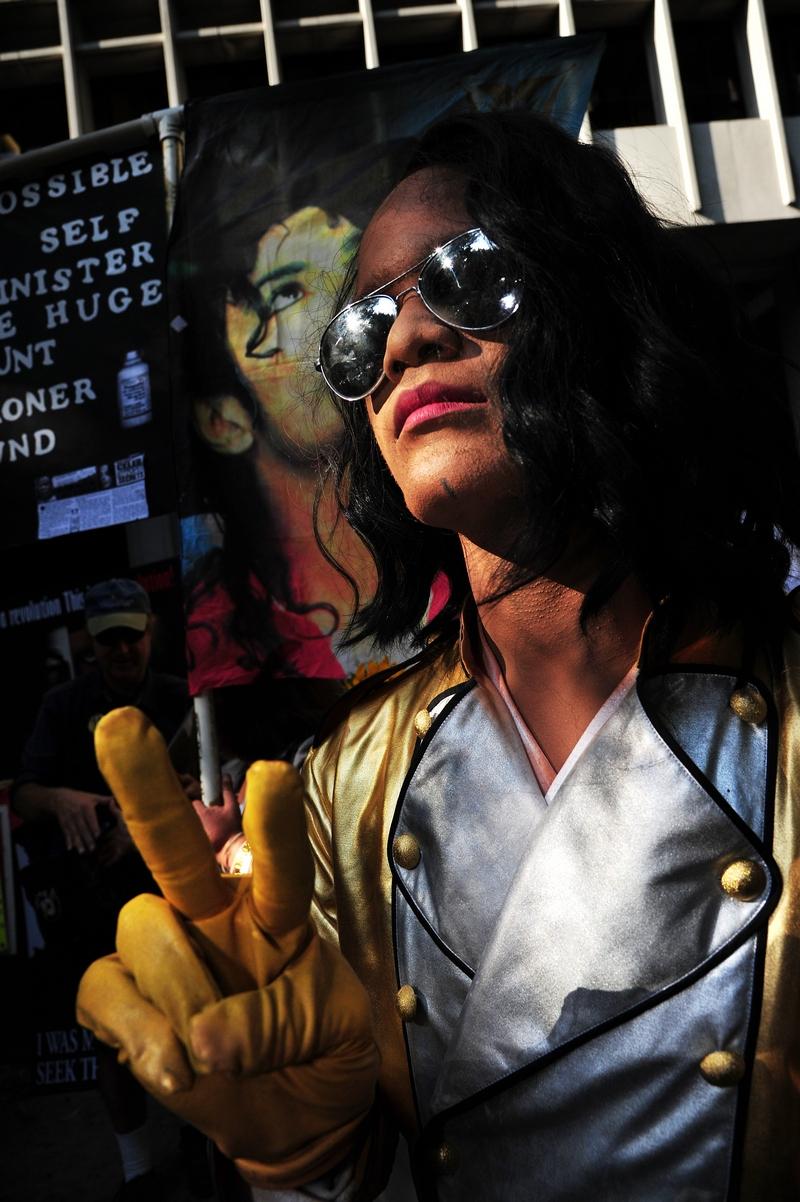 Поклонники Майкла Джексона за пределами здания суда держат плакаты. Фото: Robyn Beck/Getty Images