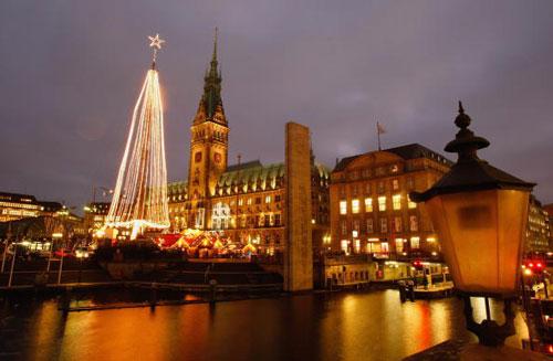 Гамбург. Германия.  Город готовится к Рождеству. Фото:  Stuart Franklin/Getty Images