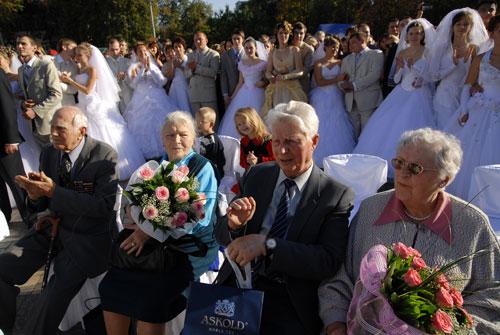Кроме молодоженов на свадьбу пришли ветераны супружеской жизни, и подрастающие женихи и невесты. Фото: Владимир Бородин/Великая Эпоха
