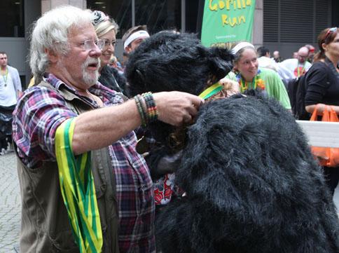 Билл Одди награждает участника «Большого забега горилл» в Лондоне. Фото: greatgorillarun.org