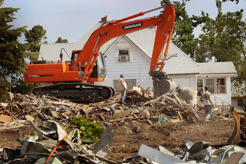 Для уборки мусора используется тяжелая техника. Фото: Scott Olson/Getty Images