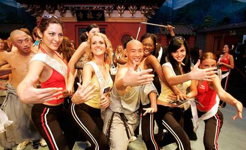 Ченці Шаоліня з дівчатами-туристками вивчають бойові стійки. Фото: з сайту epochtimes.com