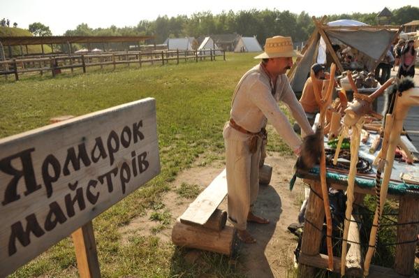 Ярмарка ремесленников на историческом фестивале в Парке Киевская Русь 18 июня 2011 года. Фото: Владимир Бородин/The Epoch Times Украина