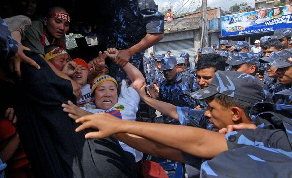 Полиция задержала более 30 протестующих тибетцев,которые собрались возле здания консультсва Китая. Фото: PRAKASH MATHEMA/AFP/Getty Images