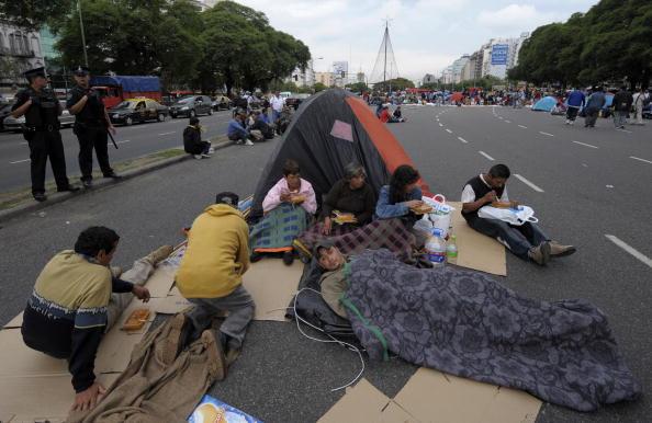 Незаможні і безробітні вимагають, щоб уряд включив їх в державний план соціального розвитку. Буенос-Айрес, столиця Аргентини. Фото: JUAN MABROMATA / AFP / Getty Images