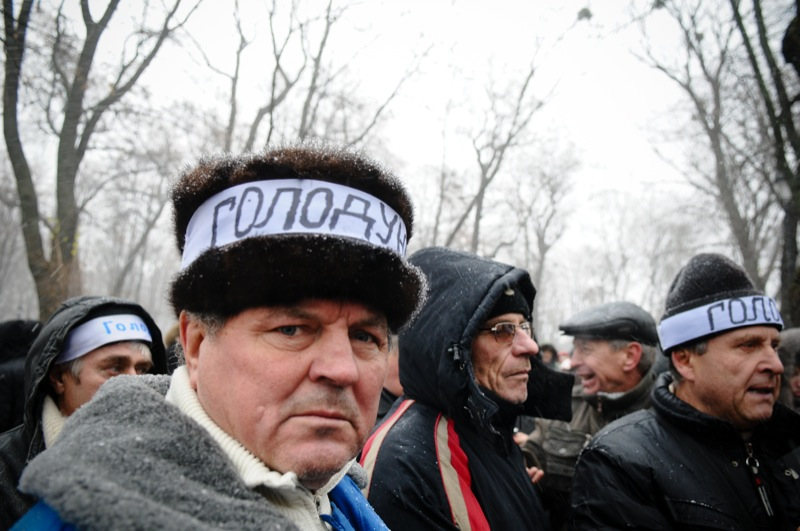 Голодающие возле Кабмина чернобыльцы перестали пить воду и чай, и с 8-го декабря перешли на сухую голодовку, поскольку власть не предприняла никаких действий за всё время их протеста. Фото: Владимир Бородин/The Epoch Times Украина