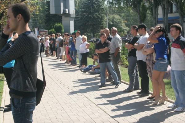Журналисти и зеваки. Фото: novosti.dn.ua